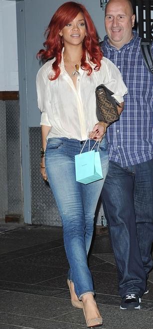 Rihanna forlader Sony-bygningen i New York