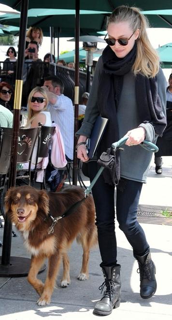 Amanda Seyfried med sin australske hyrdehund