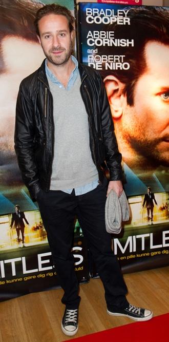 TV-vært Mikkel Herforth er til premiere i læderjakke og Converse