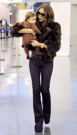 Victoria Beckham med baby på armen i JFK-lufthavn